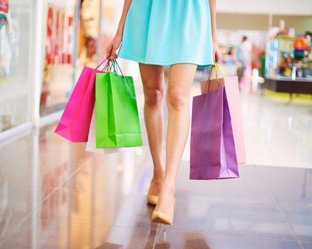 bolsas-de-colores-en-el-centro-comercial_1098-247
