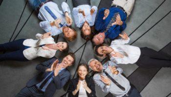 equipo-de-negocios-se-extiende-en-el-piso-y-que-aplaude_1262-1703
