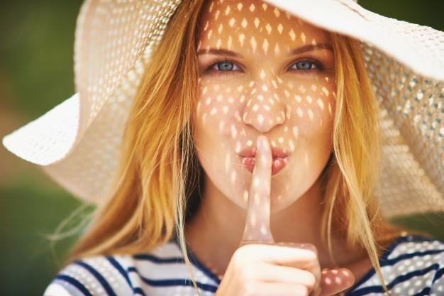 mujer-con-un-dedo-sobre-su-boca_1098-472
