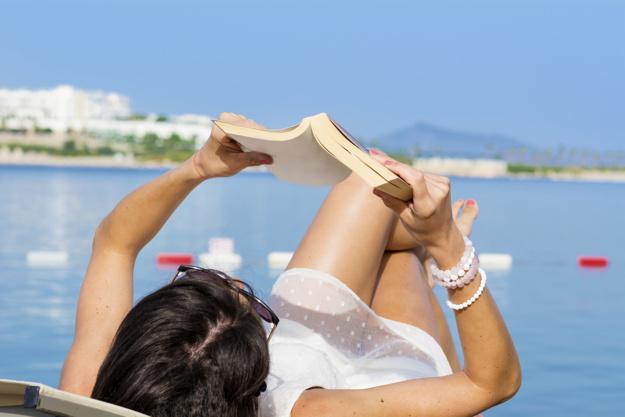 mujer-leyendo-un-libro_1169-51